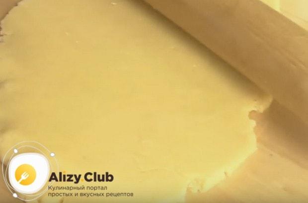 Раскатываем тесто в пласт.