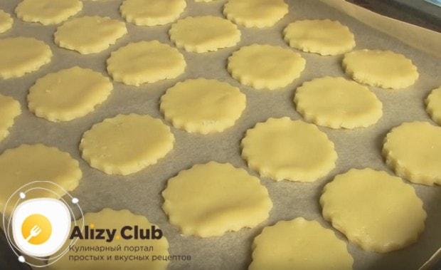 Раскладываем печенье на противень, застеленный пекарской бумагой.