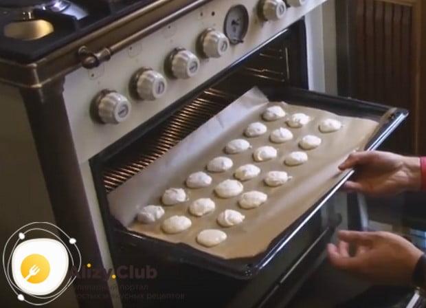 Подсохшее печенье отправляем в разогретую духовку.