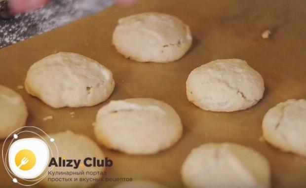 Готовое печенье получается очень красивым, золотистым и легким.
