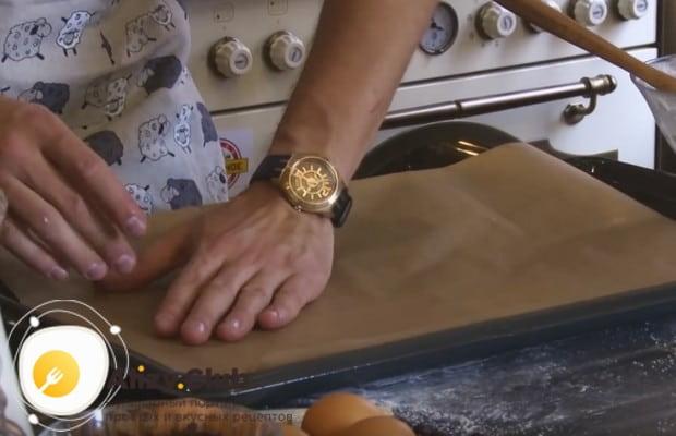 выпекать печенье будем на противне, который надо застелить пергаментом.