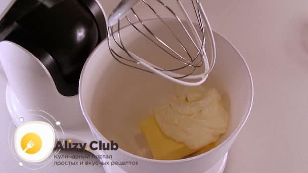 Для приготовления вкусного печенья на майонезе смешайте масло с другими ингредиентами.