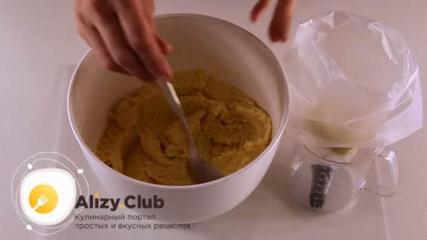 Для приготовления вкусного печенья на майонезе приготовьте тесто.