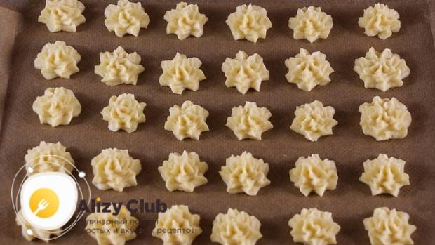 Для приготовления вкусного печенья на майонезе разогрейте духовку.