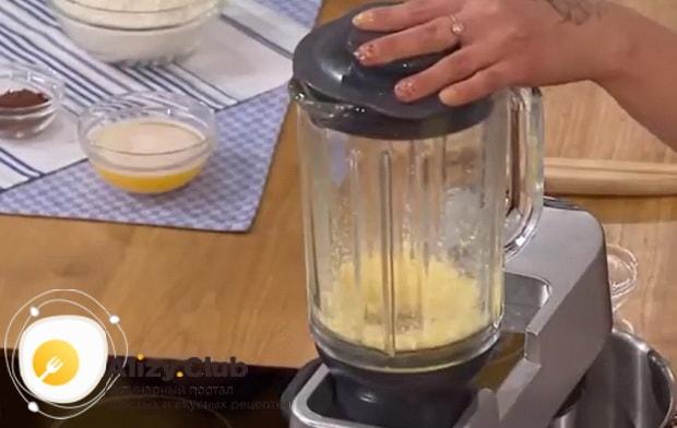 Для приготовления печенья минутка перетрите желтки.