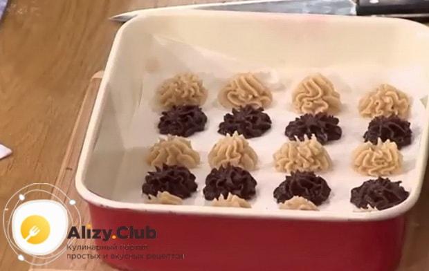 Для приготовления печенья минутка выложите тесто в кондитерский мешок.