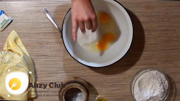 Для приготовления пирожков с клубникой, смешайте яйца с сахаром.