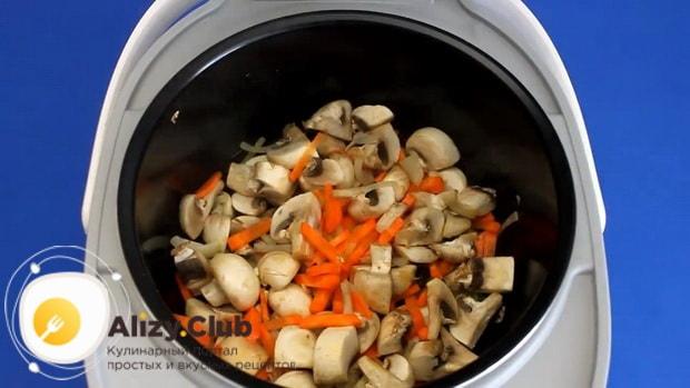 Для приготовления перловой каши в мультиварке обжарьте грибы.