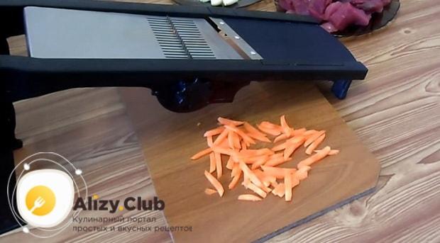 Для приготовления перловой каша с мясом, натрите морковь.