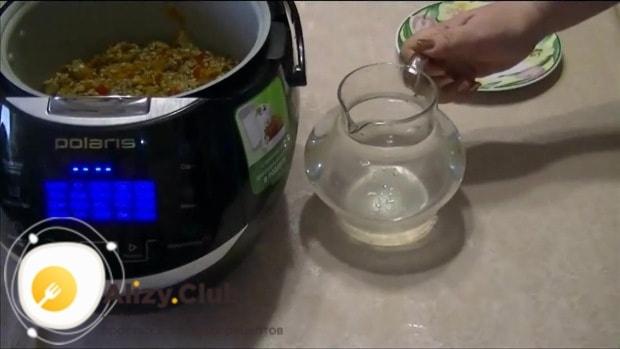 Доливаем 4 стакана горячей воды