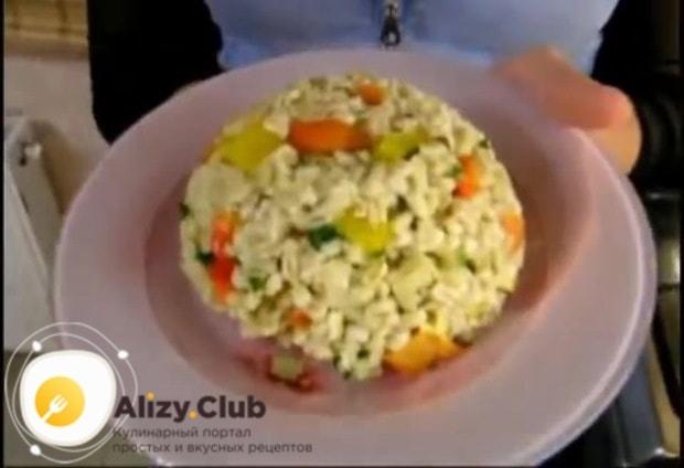 Перекладываем овощи в готовую перловую крупу