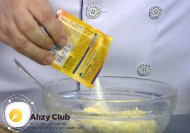В тесто добавляем также разрыхлитель.