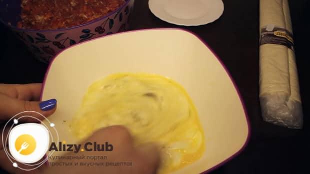 Для приготовления пирога из лаваша, приготовьте заливку.