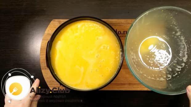 Для приготовления пирога с апельсиновой начинкой выложите начинку на песочную основу.