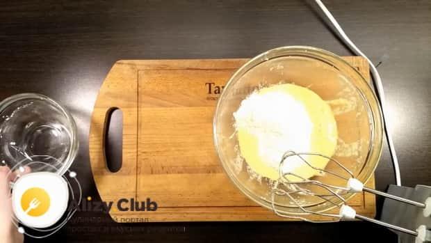 Для приготовления пирога с апельсиновой начинкой добавьте муку.