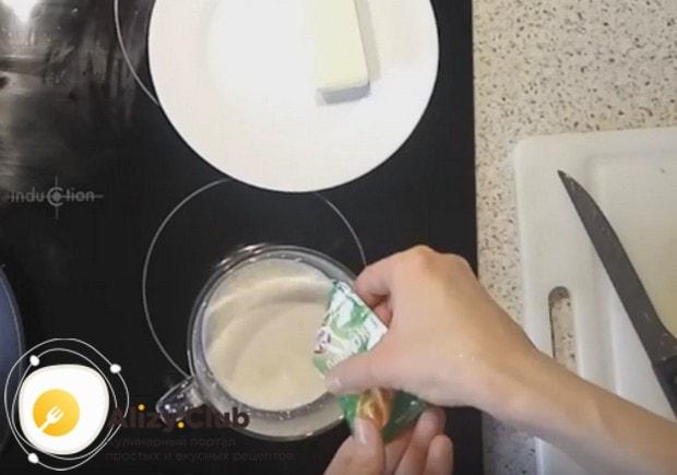 Тесто будем делать дрожжевое, поэтому разводим дрожжи в теплом молоке.