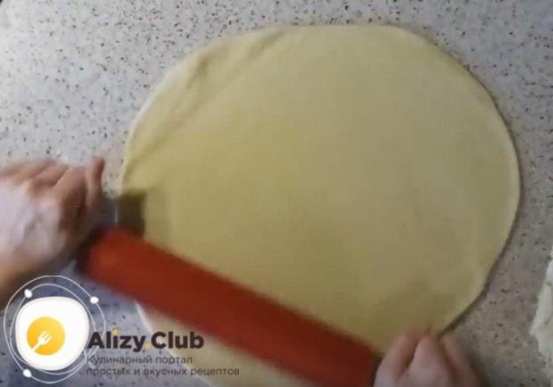 Раскатываем тесто в тонкий пласт.
