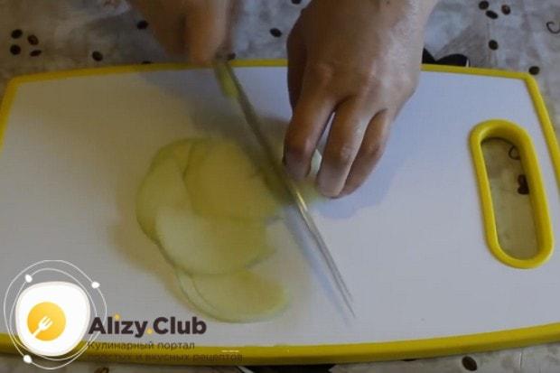 Луковицу режем полукольцами.