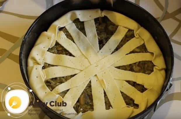 Украшаем пирог полосками теста.