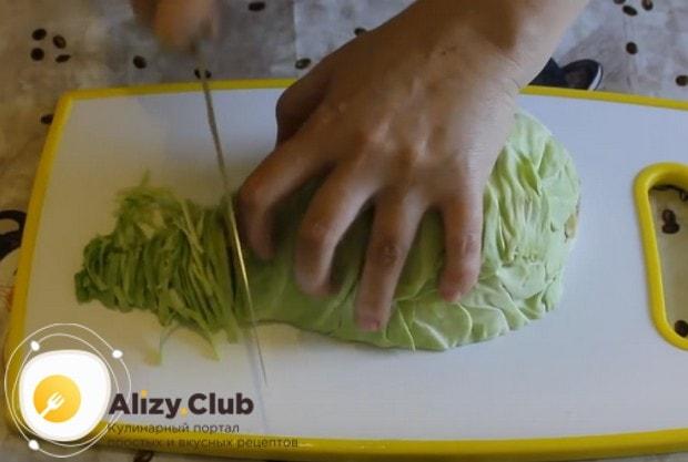 Мелко шинкуем свежую капусту.