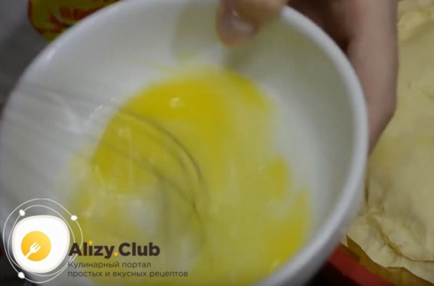 Яйцо взбиваем с молоком.