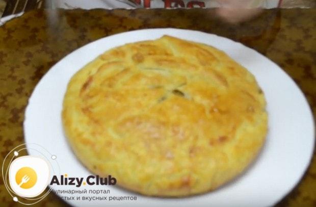 Приготовить такой пирог из слоеного теста можно также с квашеной капустой.