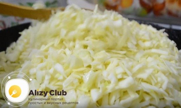 Разогреваем сковороду с растительным маслом и выкладываем на нее овощи.