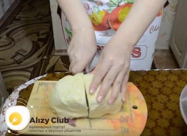 Очень удобно готовить пирог с капустой и готового слоеного теста.