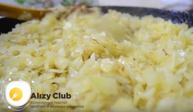 Солим и перчим начинку для капустного пирога из слоеного теста.