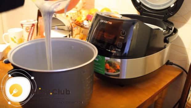 Вливаем тесто для пирога с вареньем в чашу мультиварки