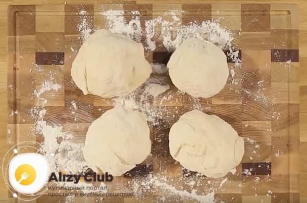 разделяем тесто на 4 части и оставляем их подходить.