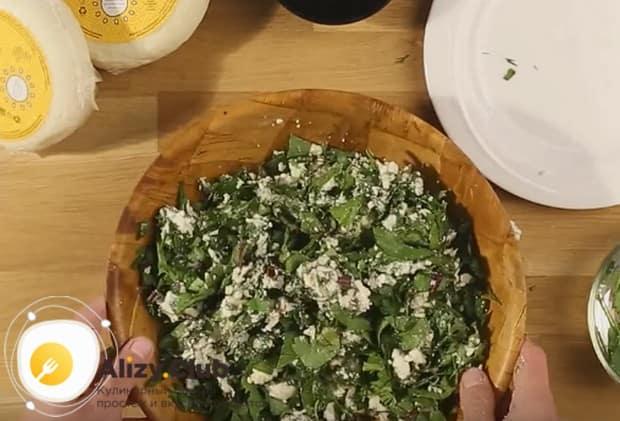 Добавляем зелень и перемешиваем, в частности такой пирог получается очень вкусным с сыром и шпинатом.