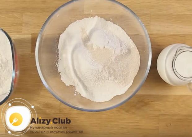 В муку добавляем соль, а также сухие дрожжи.