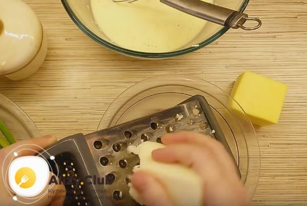 По этому рецепту готовим пирог с сыром сулугуни, поэтому натираем его на терке и отправляем в творожную массу.