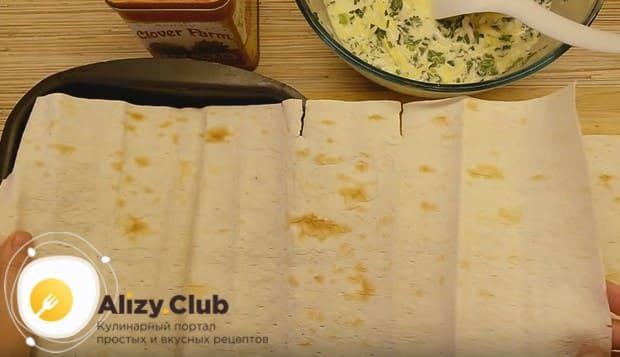 лаваш разрезаем на куски, соответствующие размеру формы для выпечки.