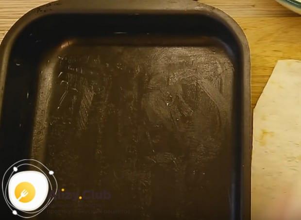 Дно и бортики формы смазываем маслом.