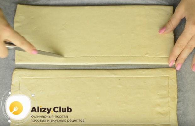 выкладываем тесто на застеленный пергаментом противень и делаем на нем надрезы по всему периметру.