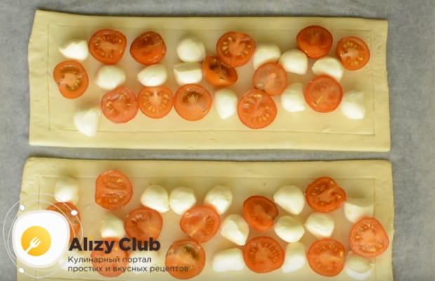 между моцареллой распределяем нарезанные кусочками помидоры черри.