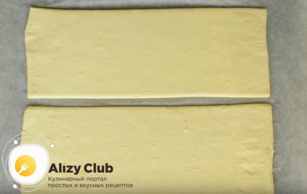Чтобы приготовить слоеный пирог с сыро, можно взять готовое магазинное тесто.