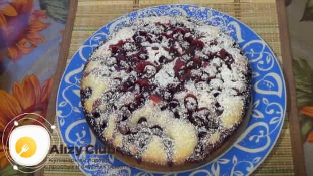 Пирог с вишневым вареньем посыпаем сахарной пудрой