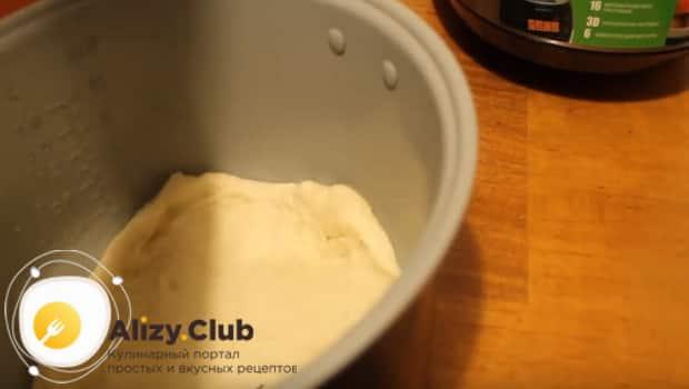 Выкладываем тесто в чашу мультиварки