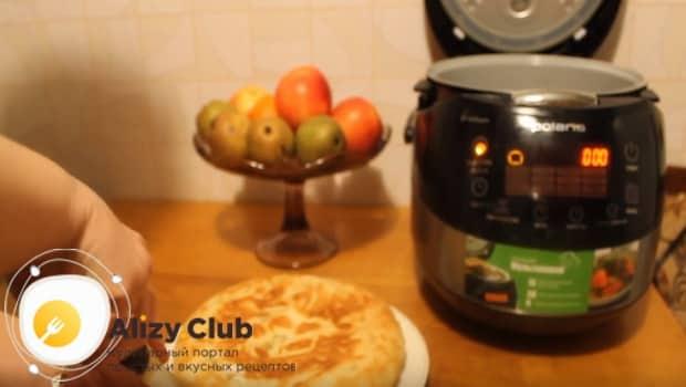 Готовый пирог с яблочным вареньем подаем к столу