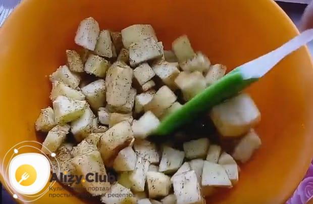 Нарезанные на кусочки яблоки посыпаем сахаром, корицей и перемешиваем.