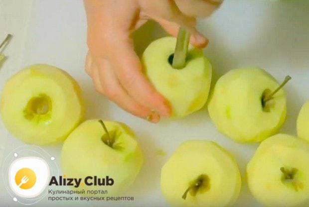 Яблоки очищаем от кожуры и сердцевины.