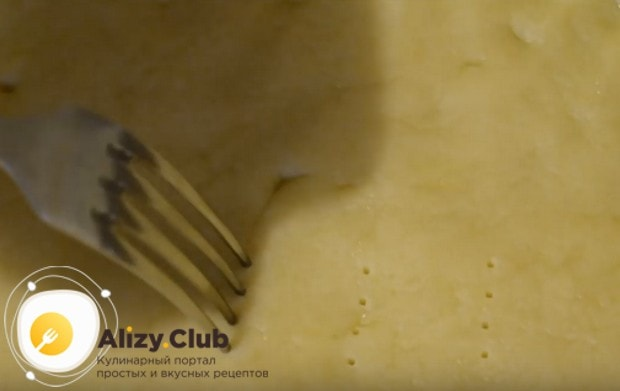 Вынимаем основу для нашего пирога из холодильника и делаем в ней проколы вилкой.