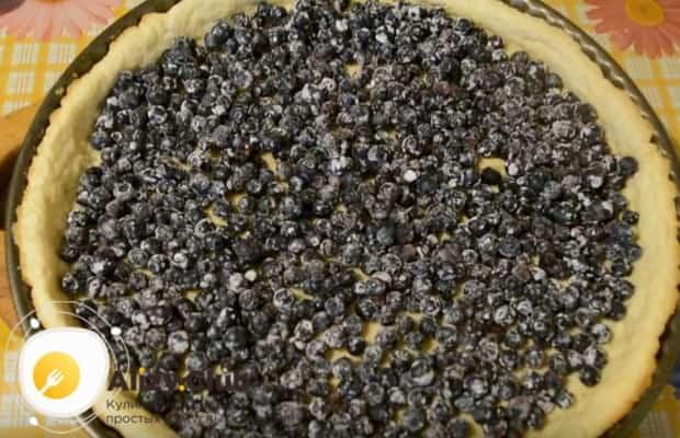 На подрумянившуюся основу для пирога выкладываем черничную начинку.