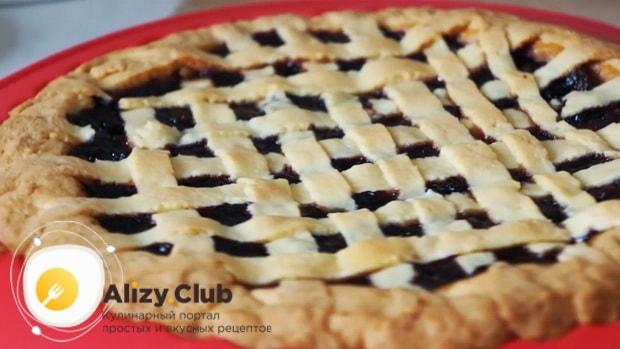 Вкусный пирог с замороженными ягодами готов.