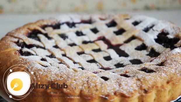 Посыпьте пирог с замороженными ягодами сахарной пудрой.