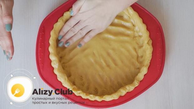Выложите тесто в форму для приготовления пирога с замороженными ягодами на скорую руку