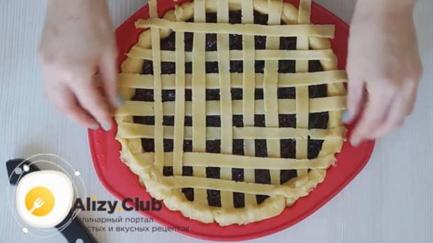Выложите с верху полоски из теста для приготовления пирога с замороженными ягодами на скорую руку